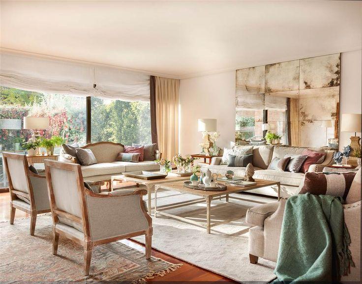 """Salón con una completa tertulia: dos sofás en """"L"""" gemelos, un sofá y dos butacas clásicas"""