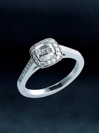 気品と華やかさにあふれる輝きが高貴な手もとを印象づけて 独自のカッティングを施したダイヤモンドを中央に配し、さらにダイヤモンドで囲んだデザイン。高さを出したアームとスクエアなフォルムが、ノーブルな印象を引き出します。花嫁にふさわしい、気品あふれる美しさをもつ、誰からも愛されるエンゲージリングです。リング「ティファニー レガシー エンゲージメントリング」[Pt,中央0.72ct]¥1,836,450(ティファニー/ティファニー・アンド・カンパニー・ジャパン・インク)