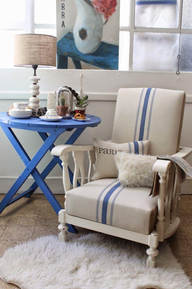 Mesas con tapas redondas, plegables.  Pueden usarse en interior o exterior.   Hay tres colores diferentes con desgastes:  verde, rosa, az...
