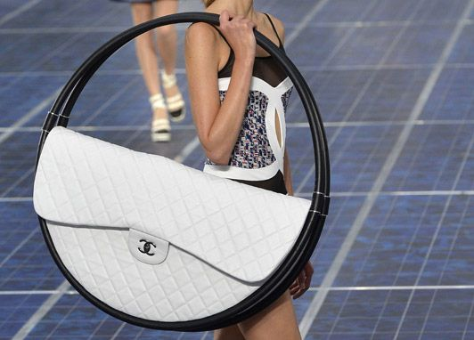 The Hula Hoop – The Chanel Beach Bag That Lets You Hang Things On It - http://coolpile.com/style-magazine/hula-hoop-chanel-beach-bag-lets-hang/