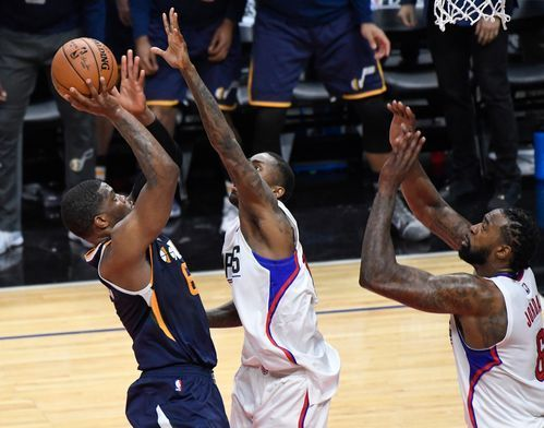 The Utah Jazz's Joe Johnson scores over the Clippers' Jamal Crawford and DeAndre Jordan  to win Game 1.(Photo: Robert Hanashiro, USA TODAY Sports)     LOS ANGELES (AP) — Joe Johnson has seen a lot in his 16 years in the NBA. So the veteran didn't flinch with the clock...  http://usa.swengen.com/joe-johnsons-buzzer-beater-gives-utah-jazz-game-1-win-over-l-a-clippers/