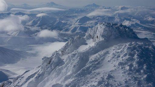 """Kamčatka je obilata rekama i jezerima, ali i brojnim vulkanima i gejzirima. Reka Kamčatka i njena dolina su oivičene veličanstvenim pojasom od oko 160 vulkana, od kojih je 29 još uvek aktivno. Devetnaest njih je uvršteno u Uneskovu svetsku baštinu kao """"jedan od najistaknutijih primera vulkanskih regiona u svetu"""""""
