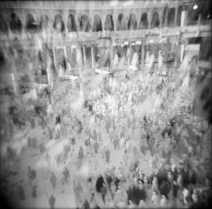 """Artista: Nora Alissa, """"Tawaf"""", del proyecto """"Epiphamania"""", fotografía digital impresa a blanco y negro, 2013."""