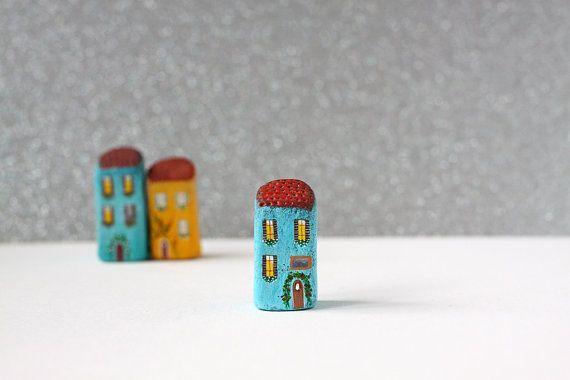 Маленький итальянский глины дом - бирюзовый дом с коричневой крышей и белыми цветочными горшками