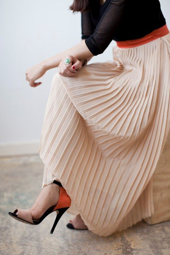 classic, minimal, and chic. the pops of red make the outfit.Pleated Maxis Skirts, Colors Combos, Full Skirts, Fashion Shoes, Long Skirts, High Heels, Long Maxis Skirts, Pleated Skirts, Maxi Skirts