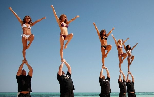 bal-ravens-cheerleaders-stunt-team-20120624