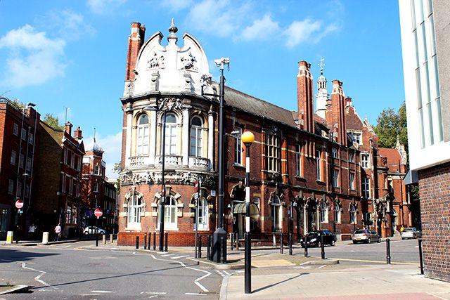 London Yarn Museumの楽しみ その5 扉の向こう | BRITISH MADE  「Finsbury Town Hall」です。現在はダンス学校として、また、演劇などの催し物や結婚式に使用されていますが、建設された当時(1895年)はTown Hall、つまり市役所のような事務所や議会場の役割も果たしていました。しかし、当初から事務機能だけではなく、人々の集いの場としての目的を持って建てられたため、あちらこちらにアールヌーヴォー様式の豪華な装飾が