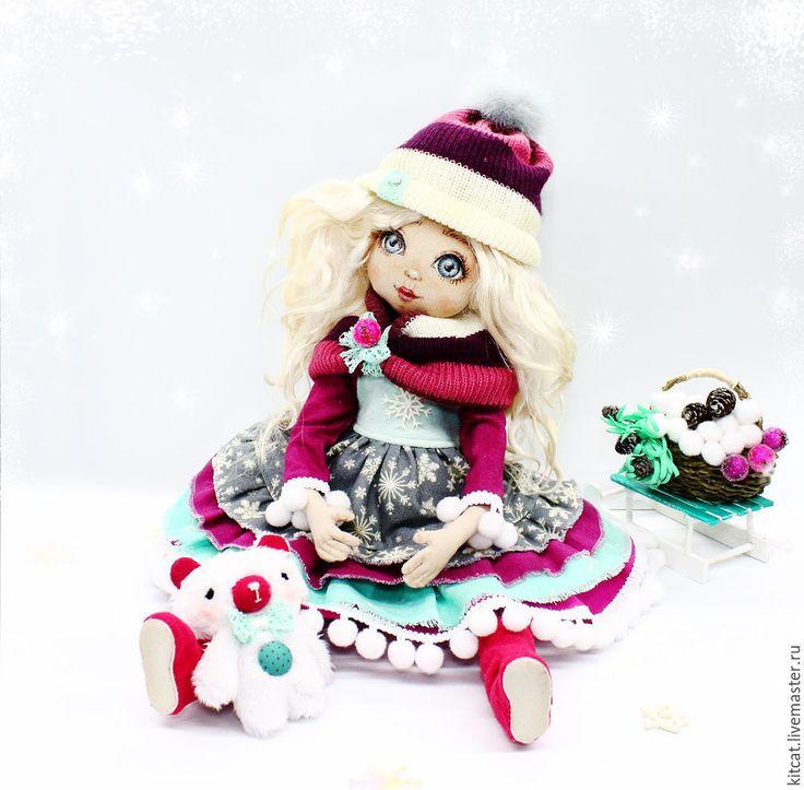 «У леса на опушке жила Зима в избушке...» Как же выглядит красавица-Зима, которая солила снежки в известной песне? Этот вопрос долгое время не давал мне покоя; поэтому я решила воплотить образ юной Зимы в новой куколке. В этом мастер-классе я покажу и подробно расскажу, как рождалась новогодняя текстильная куколка. Для работы нам понадобятся: Материалы:⦁ ткани: хлопковая ткань для тела и для…