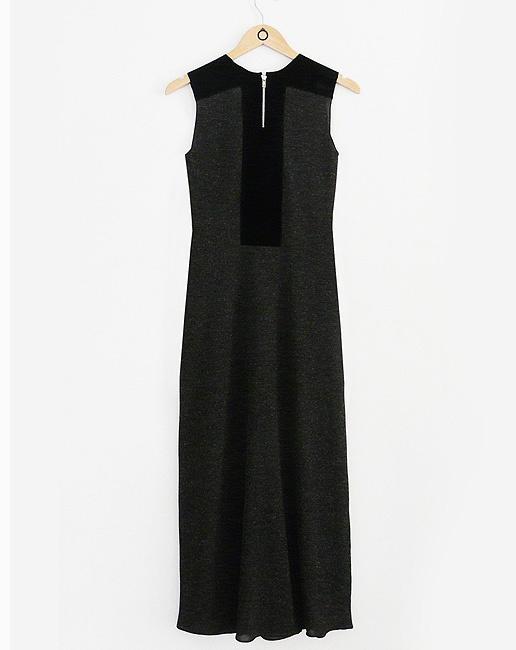 Costas do Vestido em malha chumbo mescla c/ recorte em camurça nos ombros e costas. Zíper vislon preto nas costas. R$288.30