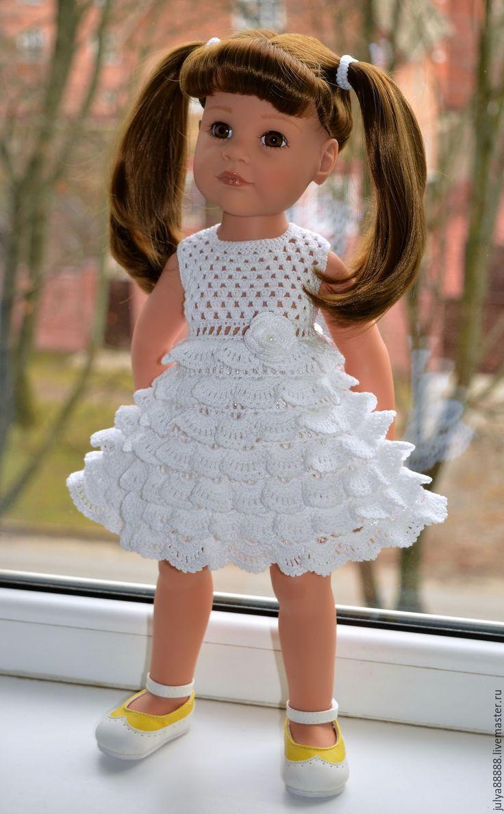 Купить или заказать Комплект из платья и жакетика для куклы Готц в интернет-магазине на Ярмарке Мастеров. Беленькое платье связано из итальянского хлопка. Сзади застёгивается на 4 маленькие пуговички для удобства. Цветочек привязывается. Платье воздушное, пышное с оборочками. Жакетик связан из искрящейся беленькой пряжи. Отлично сочетанется как с данным платьем, так и с любым другим видом одежды. Он пушистый и очень нарядный. Застёгивается на пуговичку спереди. Для украшения волос связна…