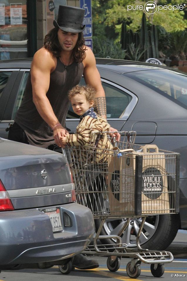 He's wearing a top hat. To Whole Foods. I love it. Jason Momoa - snuggie is pretty cute too :D