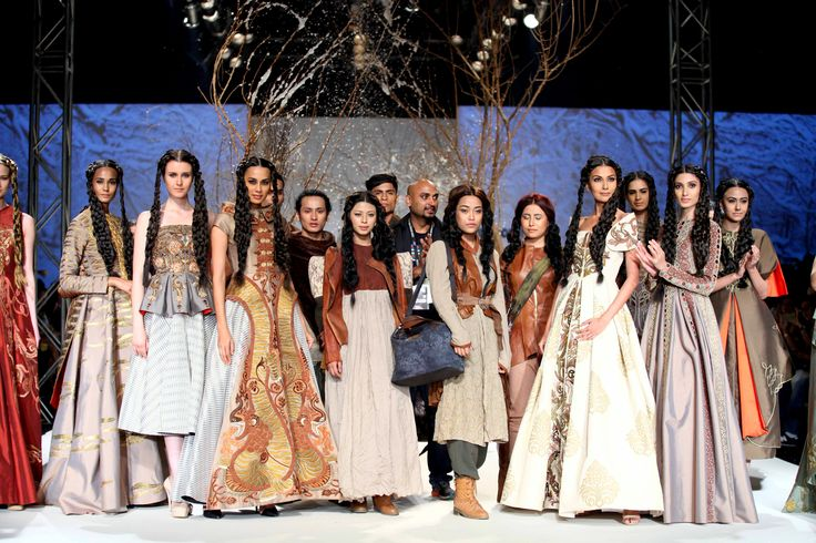 #SamantChauhan posing with #models in this collection at #AmazonIndiaFashionWeek #AutumnWinter'16