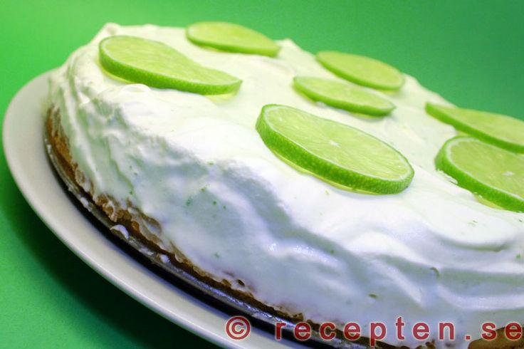 Limeglasstårta - Recept på en mycket god glasstårta med lime som består av lime-glass och en biskvi-liknande tårtbotten. Enkel att göra och går bra att förbereda.