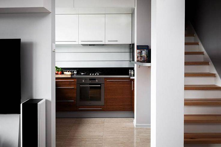 """Kuchnia w kształcie litery """"L"""" subtelnie oddzielona od pozostałych pomieszczeń, mająca jednak charakter otwarty, widoczna z pokoju dziennego. Bardzo ergonomicznie urządzona, minimalistyczna.  Projekt i realizacja MEBLE MERDA Twoje wnętrze, Twój charakter www.meblemerda.pl #wnetrza #meblekuchenne #kuchnie #meble #design"""