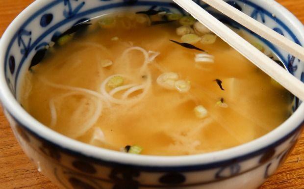 Chef especialista na culinária japonesa ensina prato tradicional com tofu
