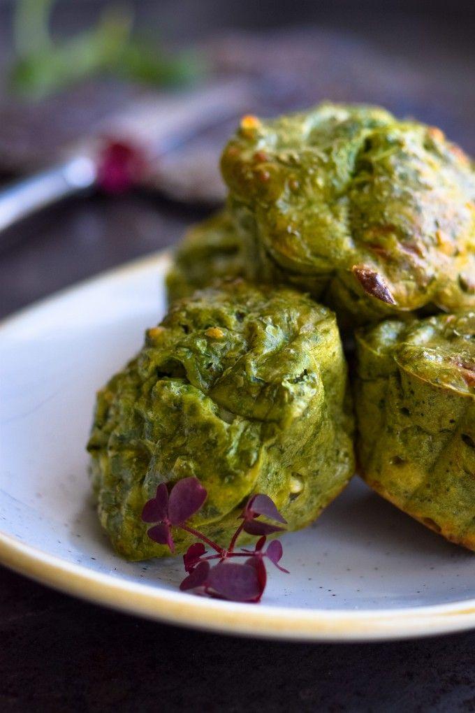 Lækre spinatmuffins der er hurtige at lave og smager så skønt. Svampede, skønne spinatmuffins der er perfekte sammen med laks eller anden røget fisk.