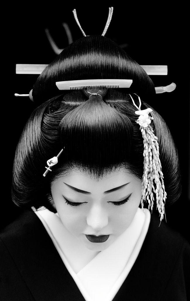 New Year in Kyoto, Japan (by momoyama) 芸妓 菊つるさん The geiko Kikutsuru. Together with other geiko (geisha) and maiko (apprentice geisha) of the Miyagawa-cho district, Kikutsuru was visiting tea houses and teachers to wish them a happy new year.