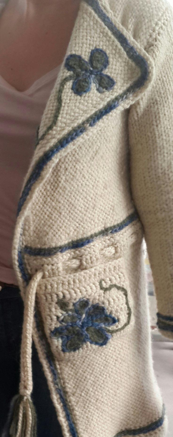 Saco en telar con terminaciones en crochet y bordado
