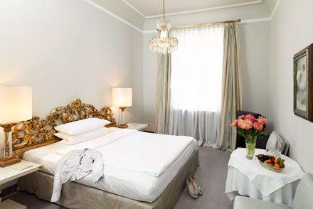 Standard hotel room @ Hotel Opéra. Das Zimmer 31 ist wie alle unsere Zimmer individuell mit ausgewählten Antiquitäten dekoriert. Es ist mit einem Grandlit französisches Doppelbett (durchgehende Matratze) ausgestattet. Außerdem verfügt das Zimmer über ein Badezimmer mit Dusche, TV/Kabelanschluss, Direktwahltelefon mit Anrufbeantworter (Voice Mail), 24h Privat-Bar Service & Concierge Service und kostenloses Wireless-Lan.