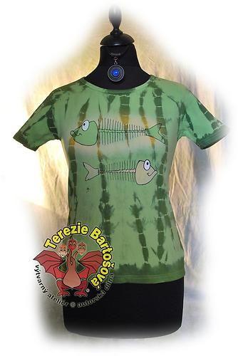 TRIKO NA RYBY PRO DÁMY Velikosti: S, M, L, XL, XXL Barva: zelená batika Technika: ruční zpracování batika + kresba Složení: 100% bavlna Střih: klasický krátký rukáv MOŽNOSTI OBJEDNÁNÍ VOLITELNÝCH VELIKOSTÍ
