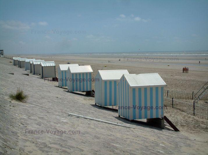 Paysages de la Côte d'Opale: Cabines alignées, plage de sable et mer (la Manche), à Hardelot-Plage (Parc Naturel Régional des Caps et Marais d'Opale) - France-Voyage.com