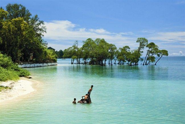 Havelock Island - Isole Andamane  Spiagge di borotalco. Lagune che hanno i colori di un acquario davanti alla barriera corallina dove «vive» la spiaggia più bella dell'Asia. Bastano pinne, maschera e spirito d'avventura. Perché il vero lusso è poter fare a meno di tutto