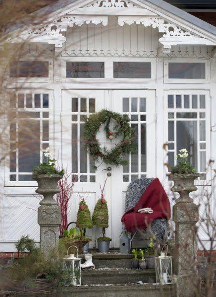 Nu är det snart julafton, men det kanske fortfarande finns de som inte har hunnit pynta utanför hemmet. Passa på att göra entrén, trappan eller dörren extra julfin! Tidningen Allt i Hemmet har ett …
