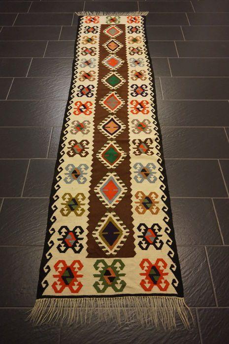 Antieke Oosterse tapijt Art Deco Anatolië kilim handmde tapijt 68 x 290 cm wol op wol  Deze stukken zijn kunstwerken van de beste kwaliteit in zowel materiaal als handwerk.Kijk op het tapijt met geduld en aandacht. Elk handgemaakttapijt is uniek in zijn ontwerp de schoonheid en de harmonie van kleuren en is daaromeen kunstwerk op zich.Wij garanderen dat het bovenstaande tapijt een echte handgeknoopte oosterse tapijt is.Provincie Anatolië kilimGemaakt in TurkijeWol op wol plant kleuren van…