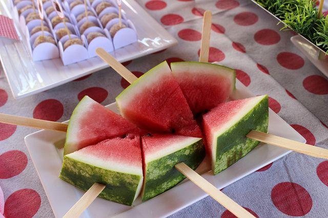 Como cortar? Melancias no palito! Uma divertida forma de comer a melancia! 032 by PraGenteMiúda, via Flickr