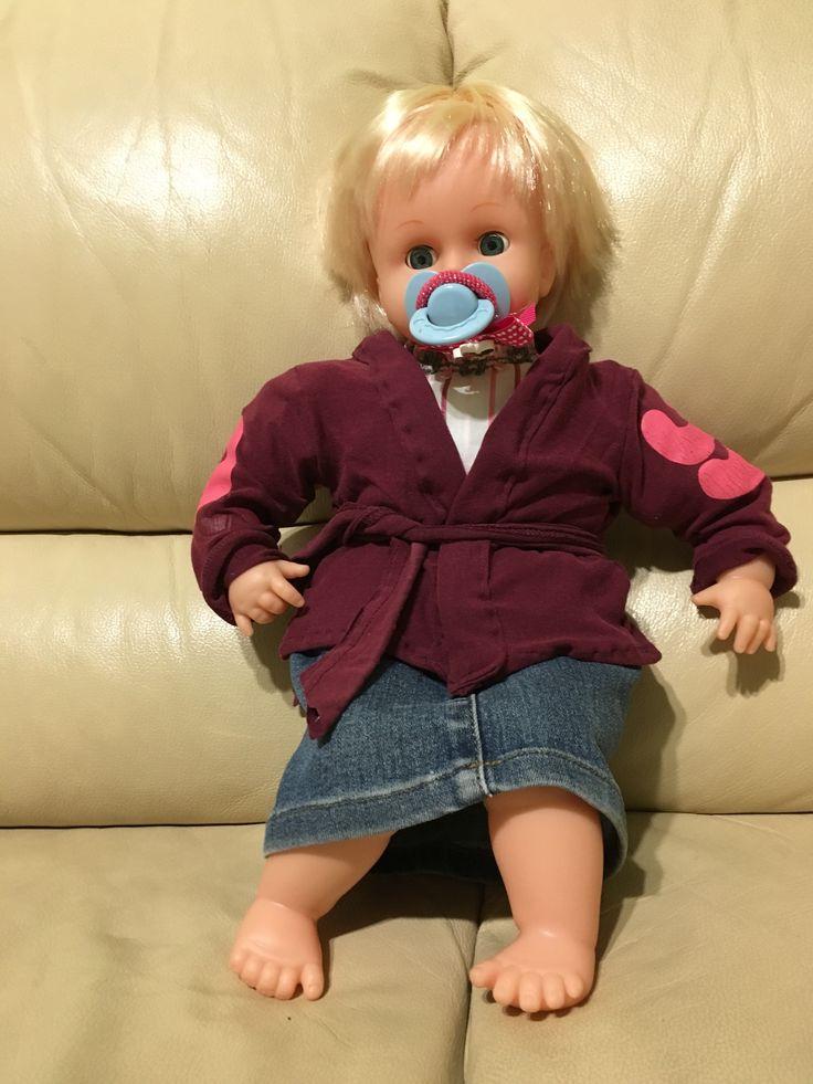 Copiando da pinterest, riciclata la tuta rotta della mamma per la bambola. La gonna e' una gamba di jeans.