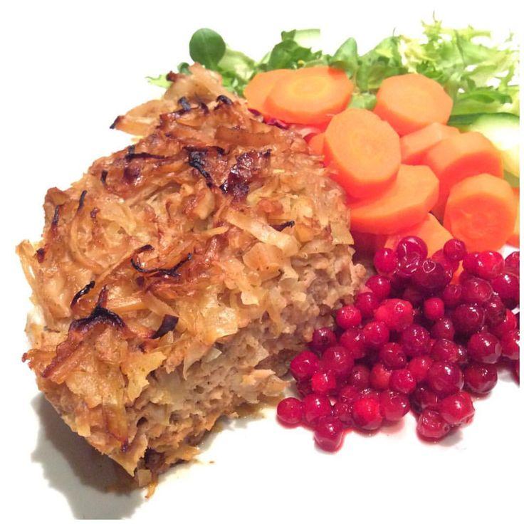 Louise Johansson (@louiselollojohansson) på Instagram: Äkta husmanskost AláLollo - Kålpudding gjord på kycklingfärs med kokta morötter & rårörda lingon. Min variant görs på kycklingfärs, kålen får sällskap av ett svenskt rött äpple och färsen får i sig keso istället för ris - om recept önskas läggs det på bloggen.