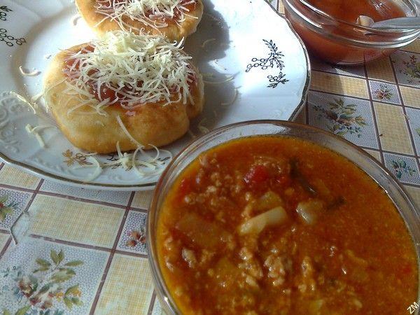Langoše s kečupem, sýrem a omáčkou