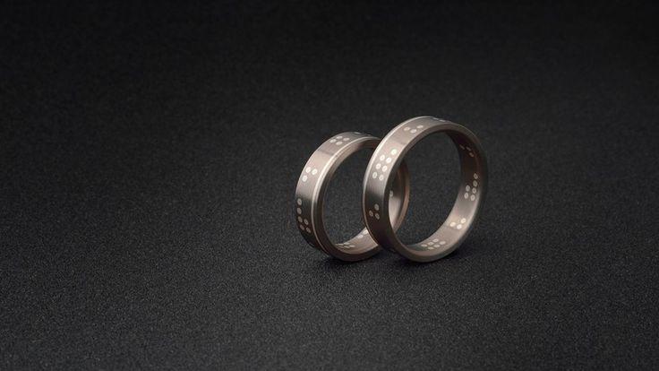 Design těchto prstenů si snoubenci, po konzultaci se mnou, navrhli sami. Pán je architekt a slečna stavařka, takže dodali návrh jako výkres v digitální podobě s přesným okótováním na tisícinu milimetru. Fajn spolupráce. Tak ať jim to vyjde ! www.daloo.cz