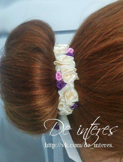 Аксессуар для волос в нежных тонах с яркими акцентами фиолетового и розового выполнен на заказ. #аксессуар_для_волос#нежные_тона#розы#кремовый#фиолетовый#розовый#атласная_лента