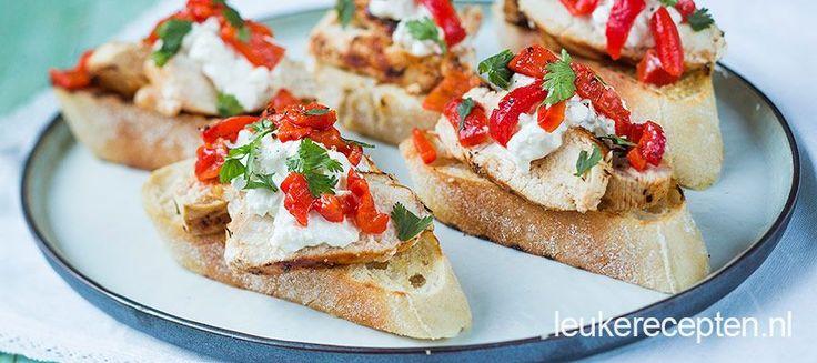 Krokante broodjes met plakjes gegrilde kip, puntpaprika en frisse huttenkase