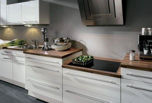 comptoirs de cuisine en bois sombres façades blanches modernes de couleur gris mur