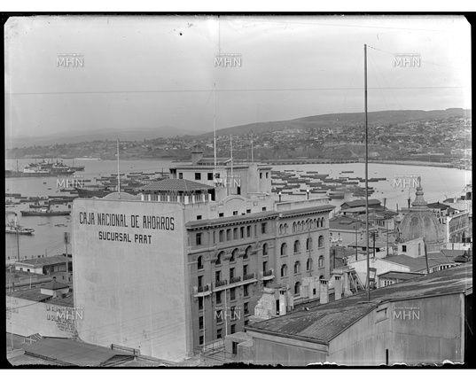 Edificio de la Caja Nacional de Ahorros de Valparaíso, Sucursal Prat   ---   Fotog.: Einar Altschwager   ---   Fecha de la Fotog.: 1930   ---   MHN