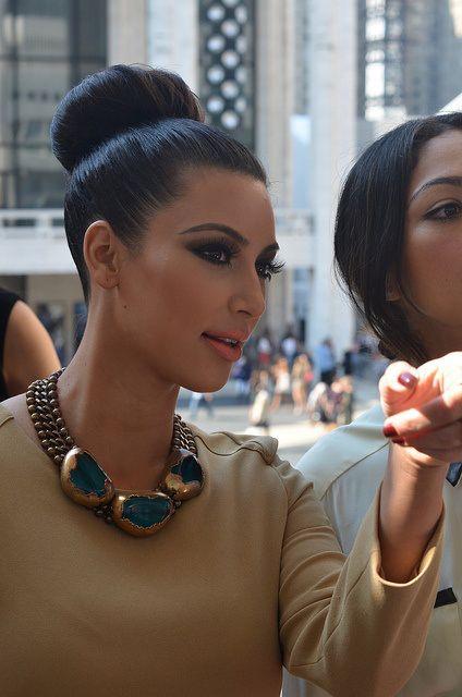 moño tirante. Kim Kardashian. http://cocktaildemariposas.com/2013/06/18/recogidos-de-verano/