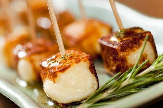Espetinho de queijo de coalho com mel de alecrim