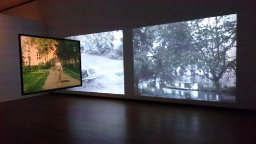 Fassbinder expo in Martin Gropius Bau  Alles draait maar door en om elkaar heen tot een frame met *drie* mensen stilstaat. Hier beelden van Amsterdam oost, Muidergracht? π
