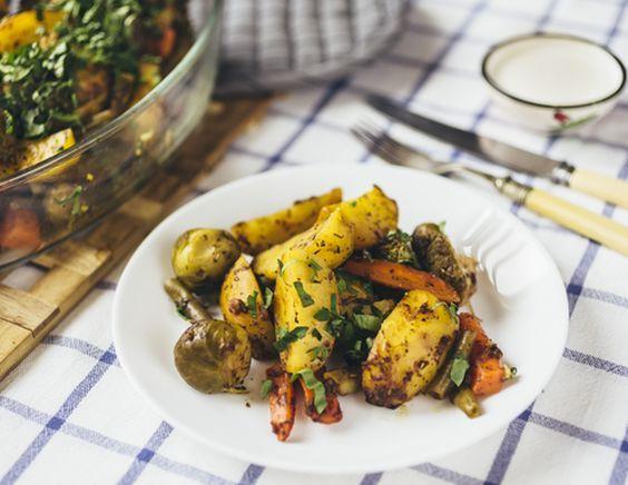 Запеченный картофель с морковью и зелеными овощами