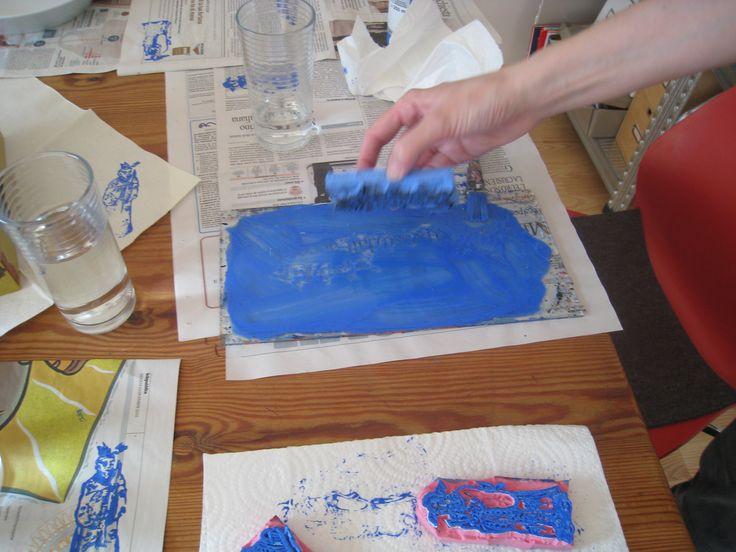 ...e prima del pranzo, quindi, tutti insieme a preparare la tavola grazie anche al workshop istantaneo di timbri con l'amica anke, bravissima illustratrice e disegnatrice, una delle care ospiti