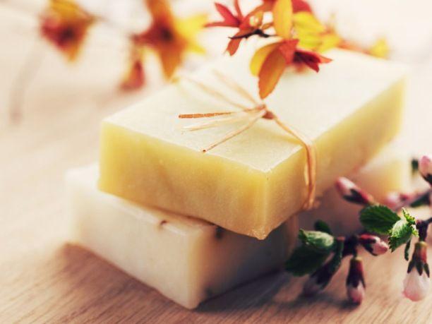 Δείτε πώς μπορείτε να φτιάξετε μόνοι σας το δικό σας σπιτικό σαπούνι από βότανα για φυσική περιποίηση των ερεθισμένων και ταλαιπωρημένων χεριών.