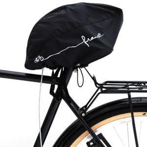 Den här smarta uppfinningen gör att du både skyddar sadeln och kan lämna din cykelhjälm vid cykeln utan att den blir stulen.