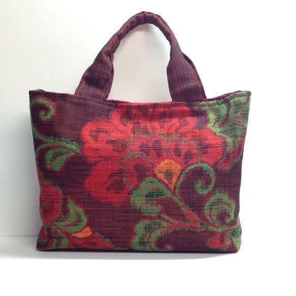 深い濃いめの赤色の帯をリメイクしたバッグです。裏生地は、赤と黄緑色の生地を使用しています。内側ポケットつき。マグネットボタンつき。中敷つき。*サイズ(アバウト... ハンドメイド、手作り、手仕事品の通販・販売・購入ならCreema。