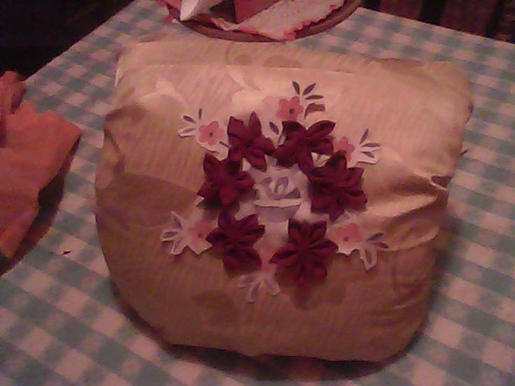 cojin con tela de cortija antigua, almohada vieja, recorte de mantel dañado y flores cocidas de vestido viejo