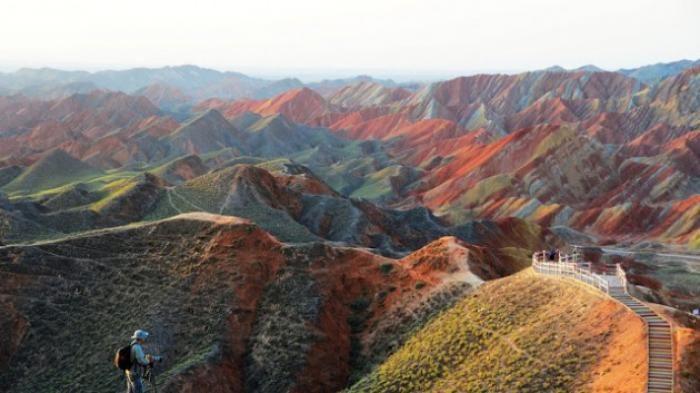 Percaya atau tidak, fenomena ini benar-benar ada. Gunung warna pelangi pertama kali ada di daerah Zhangye, Provinsi Gansu, China.