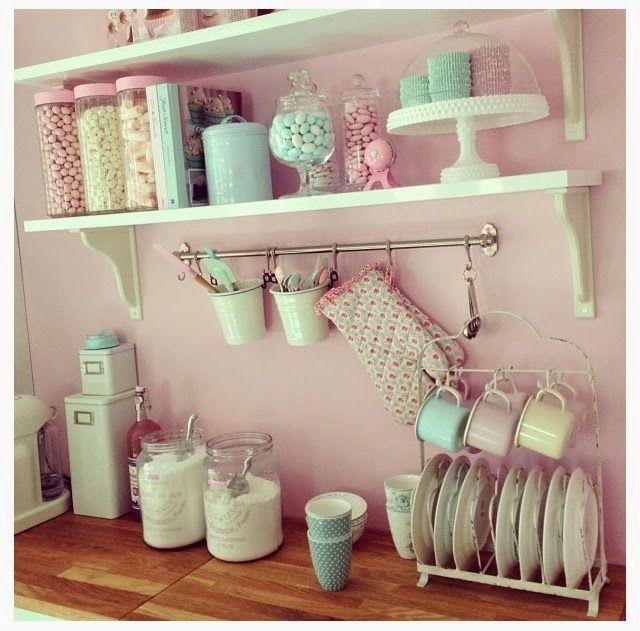 Vintage Mutfak Dekorasyonu Fikirleri;Vintage mutfak dekorasyonunun başında duvar kağıdı ya da duvarların rengi bulunmaktadır. Duvarın renk tonu oldukça önem taşımaktadır. Seçeceğiniz renk soluk tonlarda olmalıdır. Dilerseniz ufak çiçek desenli tercih edebilirsiniz. İkinci önemli nokta ise mutfak dolaplarıdır. Seçeceğiniz mutfak dolapları beyaz tonlarda dilerseniz oymalı ve cam kapaklı ya da cam kapaklı fakat camın üstünde ince …