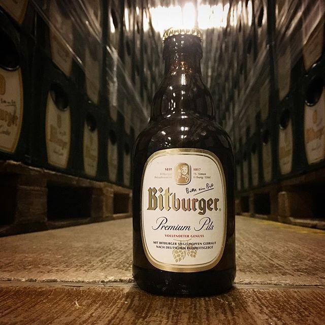 #feierabend #wochenende #weekend #freitag #friday #bitburger #premium #pils #stubbi #bier #beer #beerstagram #prost #cheers #istandhere
