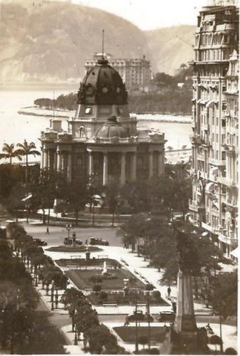 Palácio Monroe e Praça Floriano na década de 1920. Ao fundo, o Hotel Glória
